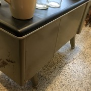 stalen bureau met zwart blad
