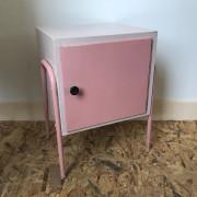 roze nachtkastje fifties